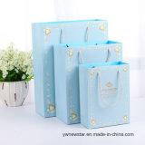 Bolso del regalo del papel azul con la impresión exquisita del ángel