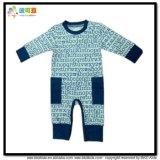 Bambino caldo di inverno che copre i pagliaccetti blu scuro del neonato