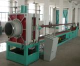 Mangueira do metal flexível que dá forma à mangueira hidráulica da máquina que faz a máquina