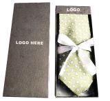 Embalaje de amarre de lujo en caja de papel de regalo para el día de Navidad.