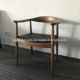 Le milieu du siècle un restaurant de style classique des meubles chaise en bois