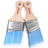 短い木のハンドルが付いている先を細くされた青いフィラメントのペンキのツールのブラシ