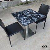 Cuadrado negro de 2 plazas superficie sólida sobre la mesa de café