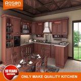 旧式な固体木の台所家具の食器棚