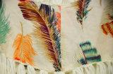 女性は緩いかぎ針編みによってChiffionの模造されるTシャツを作る