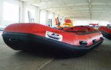 ボートをいかだで運ぶ工場によって作られる14FTの白い川