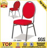 宴会の椅子をスタックするか、または椅子かレストランの椅子を食事する安い鉄
