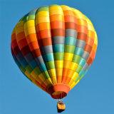 를 위해 백색과 파란 열기 풍선 관광 비행 경쟁 결혼식 여행 가기 위하여