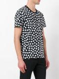 Camisa preta de T dos homens nos pontos brancos