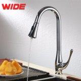Grifo del fregadero de cocina del ahorro del agua del diseño moderno con el canalón del eslabón giratorio