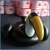 浜のおもちゃの黒い大人の膨脹可能な動物のプールの浮遊物の乗車
