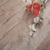 Mattonelle di pavimento di legno a basso prezzo antisdrucciolevoli del vinile del reticolo
