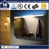 壁に取り付けられたホテルの浴室LEDによってバックライトを当てられるつけられたミラー