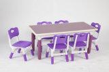 A tabela plástica dos melhores miúdos roxos bem escolhidos dos produtos e 4 cadeiras ajustaram a escola colorida do divertimento do jogo da mobília Home