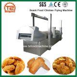 Transformação de produtos alimentares do petisco cozinhando a galinha do equipamento que frita a máquina