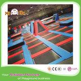 Livello variopinto che salta grande trampolino per il parco di divertimenti