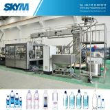 Бутылка минеральной вода делая заполняя завод запечатывания