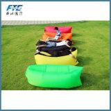 緑の子供の空気ソファーの不精な袋