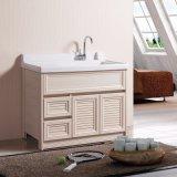 Новая современная ванная комната заботится об окружающей среде с установкой на полу мебель шкафы