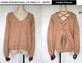 方法女性はひもで締めるVの首のセーターを支持する