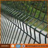 正方形のポストのヤードの監視PVC上塗を施してある金網の塀
