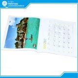 4つのカラー最上質の壁掛けカレンダーの印刷