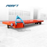 貨物を運ぶ低いベッドのトレーラーの重い鉄骨構造