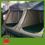 キャンプの屋根の上のテント4人