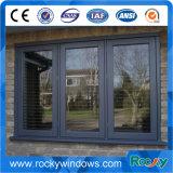 Finestra aperta e portelli esterni di alluminio