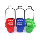 Le roulement et la main de supermarché portent le panier à provisions en plastique avec des roues