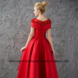 女性の帽子の袖の夜会服の赤いサテンの夕方のプロムの服