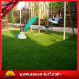 Het synthetische Gras van het Gras van het Gras Kunstmatige die voor de Tuin van de Speelplaats van de School wordt gebruikt