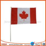 Eventos deportivos en animar la bandera en mano