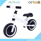 Le vélo du gosse bon marché pour des enfants de scooter de bébé d'enfant en bas âge exécutant des cadeaux de bicyclette