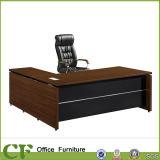 Mesa de escritório com armário fixo e mesa lateral