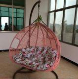 屋外の白い藤の卵の振動椅子
