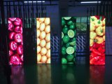 Fußboden, der Bildschirm die farbenreiche LED-Innenbildschirmanzeige Schuh-Poliert DigitalSignage bekanntmachend steht