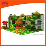En el interior de buena calidad en el interior del Parque de Diversiones Parque combina tobogán para niños