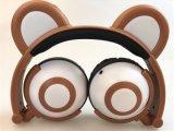 新開発の2017の高品質多彩なステレオの美しいLEDくまの耳のヘッドホーンは、イヤホーンをつける