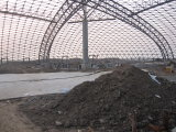 水公園の屋根の鉄骨構造の格子トラス