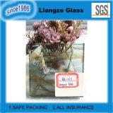 Hellgraues lamelliertes Glas mit abstrakter Zeichnung