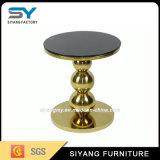 거실에 있는 금 커피용 탁자 금속 측 테이블