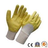 La mitad sumergió el guante amarillo del trabajo industrial del color de los guantes del nitrilo