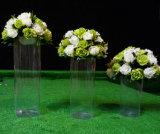 Вода нагружая ясную акриловую вазу цилиндра люсита
