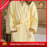 De unisex- Badjas Met een kap die van de Vacht van het Koraal van de Badjas in China wordt gemaakt