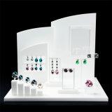 Escaparate blanco único de encargo del departamento del vidrio orgánico todo el soporte determinado de la joyería de acrílico de los apoyos del soporte de visualización de la joyería de los pendientes del anillo del emparejamiento