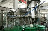 Настроенные автоматические соды и воды производственной линии в стеклянную бутылку