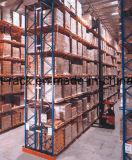 Uma pilha de paletes seletivo de armazém
