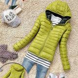 Hoodyの綿の女性は冬のジャケットにパッドを入れた
