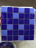 Синяя плитка мозаики фарфора плавательного бассеина цвета